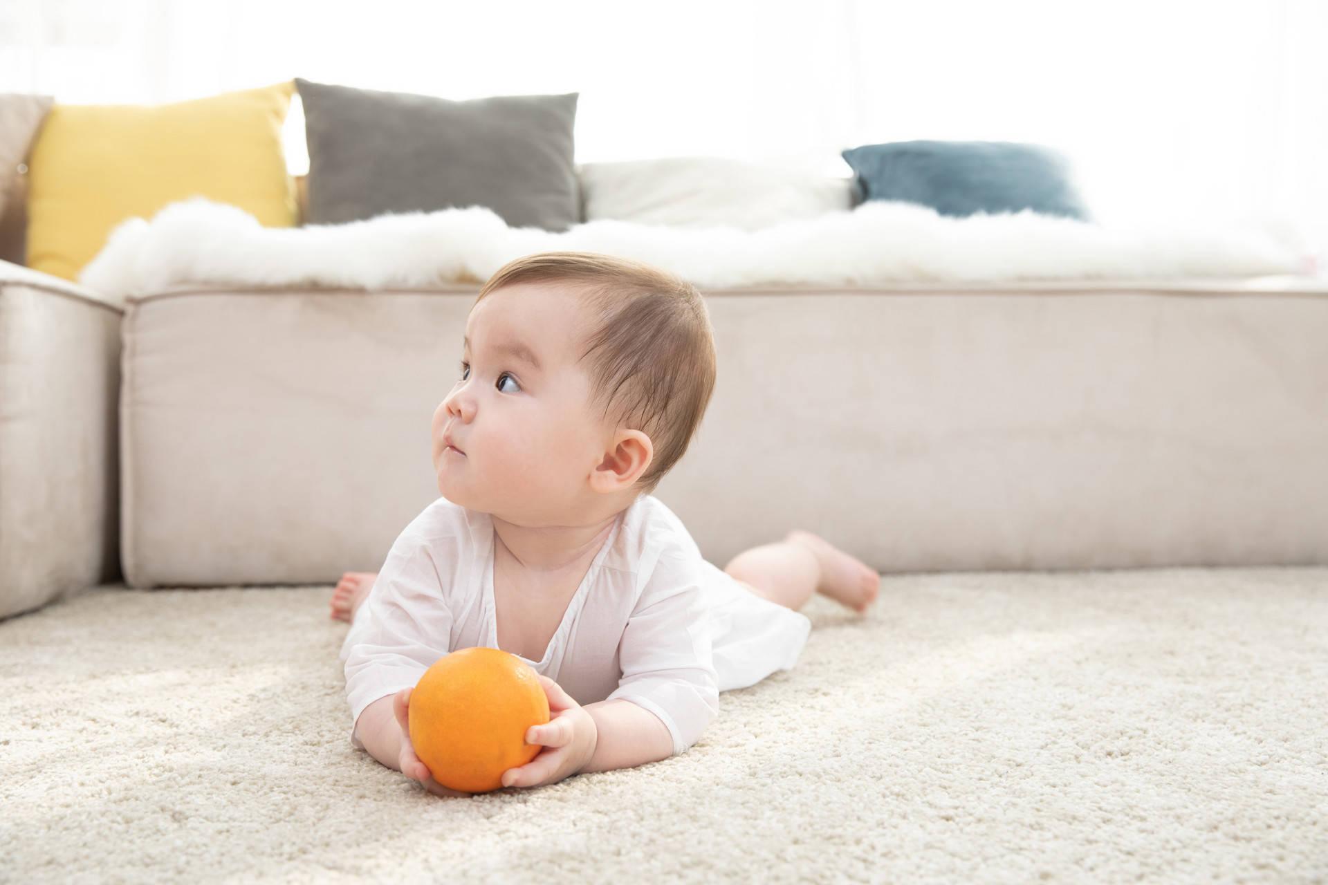 一岁前大动作翻坐爬 藏着宝宝发育秘密 妈妈巧引导让娃更聪明-家庭网