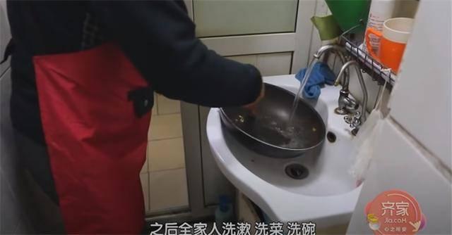 一家四口蜗居北京35㎡半地下房,终日无光,洗菜做饭全在卫生间?  第11张