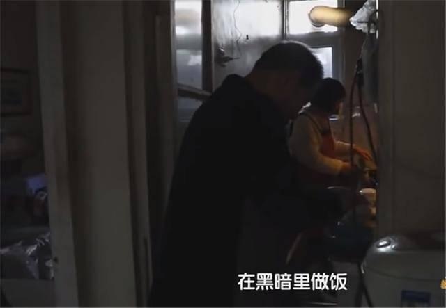 一家四口蜗居北京35㎡半地下房,终日无光,洗菜做饭全在卫生间?  第2张