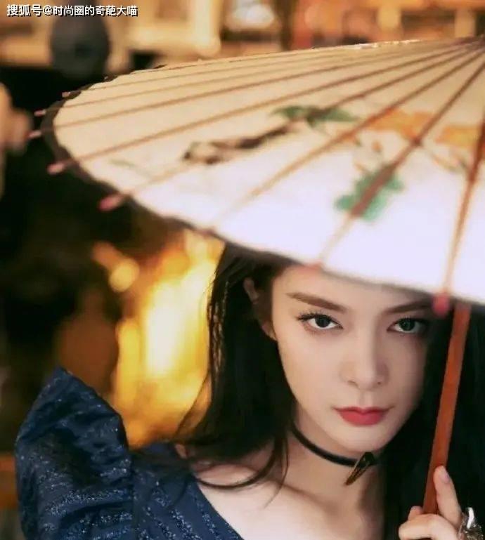 原创             张韶涵成功挑战新风格,内娱女星纯欲版千老师,美拽到目中无人