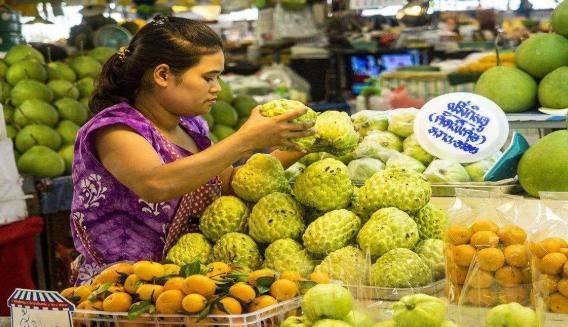 在泰国买水果,接过老板递的手套,导游:你摊上事了!什么情况?