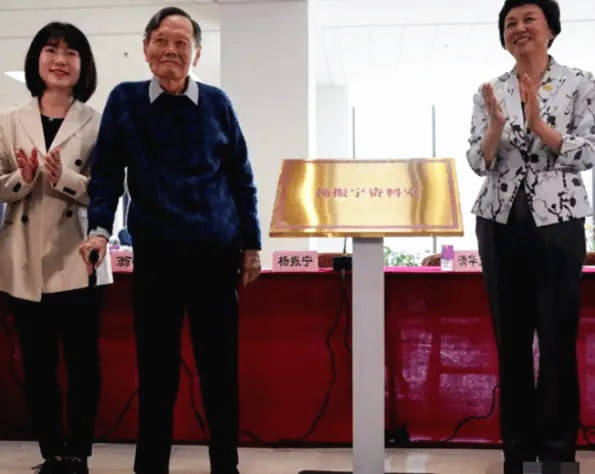 99岁的杨振宁携妻亮相翁帆短发配西装年轻不少差54岁的爱情佳话