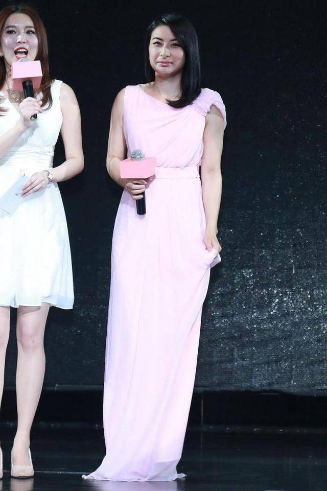 郭晶晶穿汉服出席活动,气质端庄仪态优雅,真像个豪门大小姐!