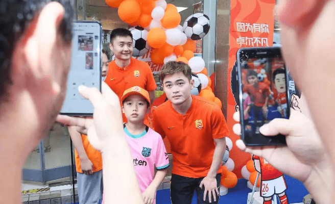 武汉队主题便利店开业,黄紫昌、刘云透露了球队的现状……