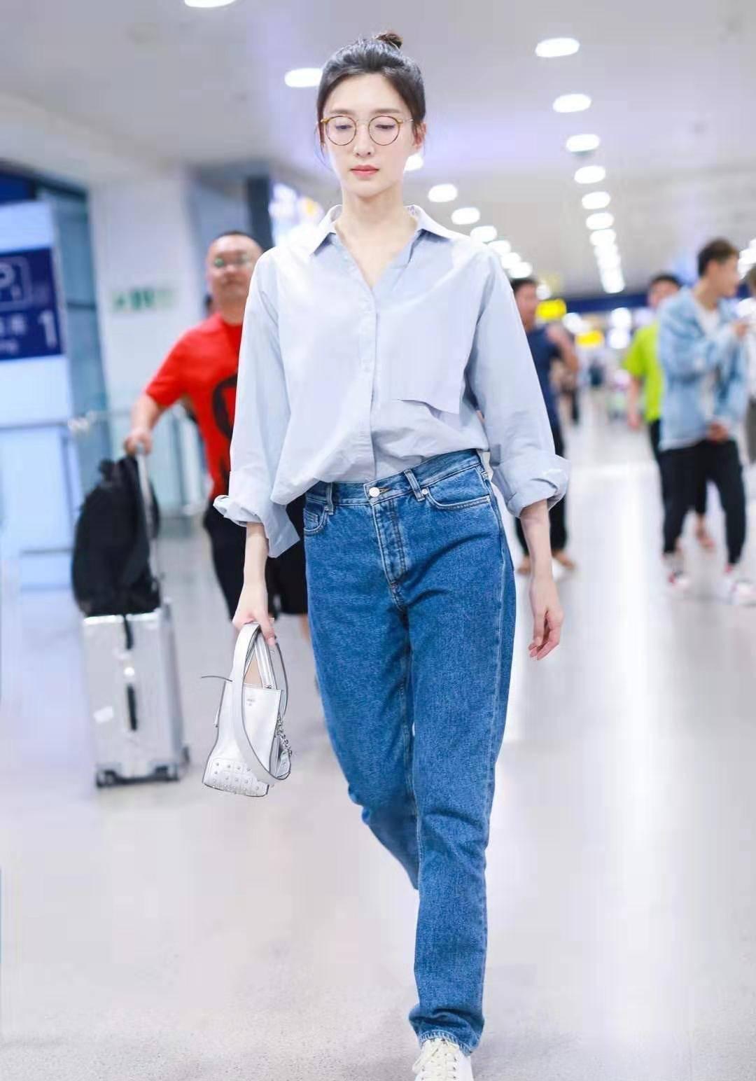 江疏影机场照,衬衫配牛仔裤,尽显知性温柔,只是法令纹略重