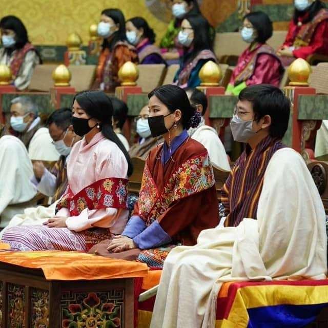 不丹王后罕见换发型好惊艳!盘发超美,却被身边不丹公主抢了风头