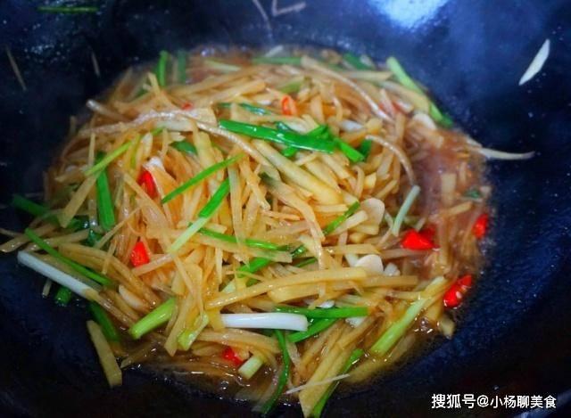 """炒土豆丝时,一定要加点""""它"""",避免粘锅解毒"""