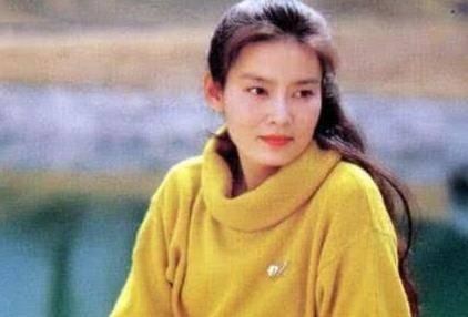 他抛弃潘虹后,立马娶了小20岁王小丫,今72岁仍孤身一人