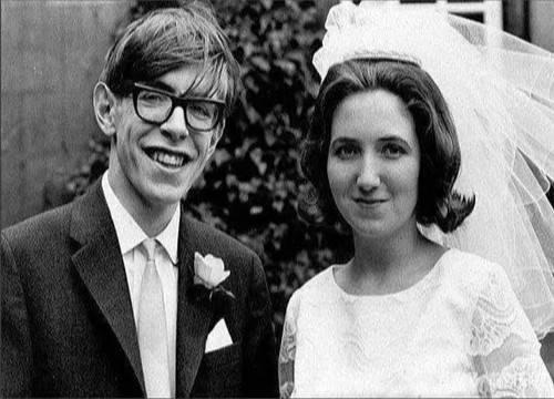 她不顾破坏嫁给霍金婚后生下3个后代照拂霍金25年后却被舍弃