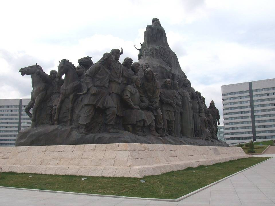 黑龙江哈尔滨与内蒙古鄂尔多斯的2021年一季度GDP谁更高?