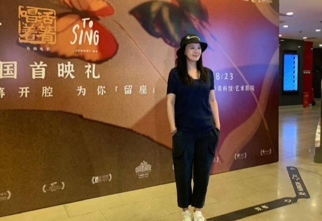 咏梅老的真实,但并不妨碍她穿的时髦,踩帆布鞋还露脚踝!