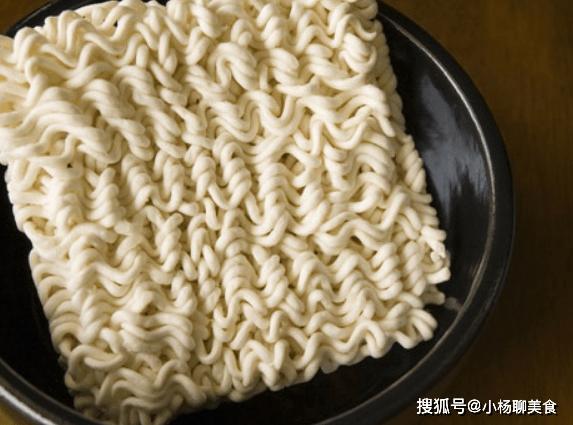 原創             同樣是麵條,為啥麵條是直的,而速食麵卻是彎的?原來大有講究