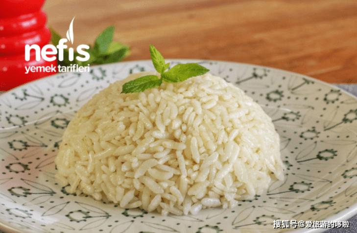同样是抓饭,有的里面撒满了坚果,有的甚至不是用米做的