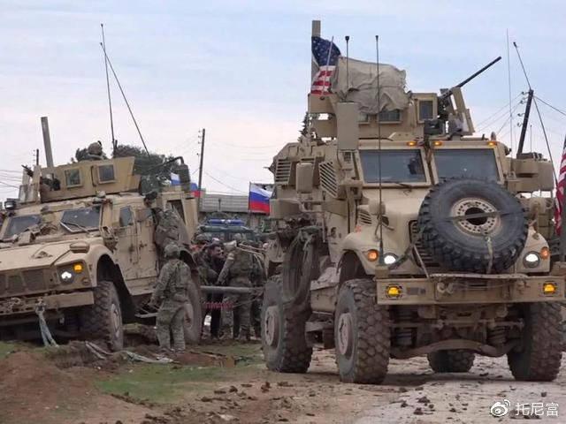 美俄车队又起冲突,俄罗斯军队:我车奉命撞击你车!美军又被撞成脑震荡