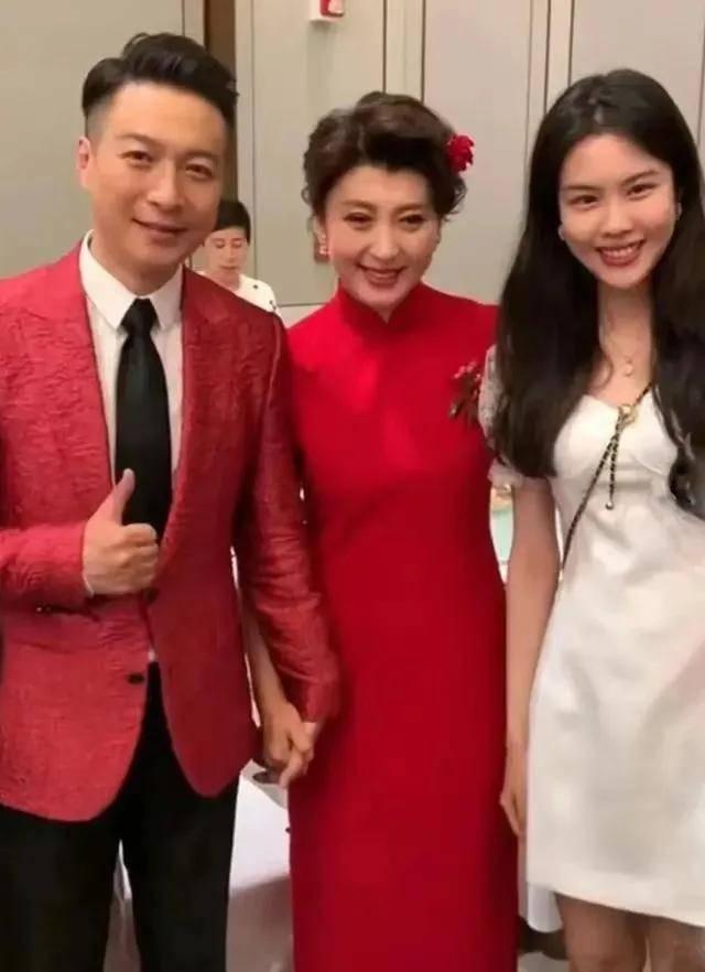 闫学晶儿子结婚,49岁穿大红旗袍,风韵犹存优雅与大气的成熟女人