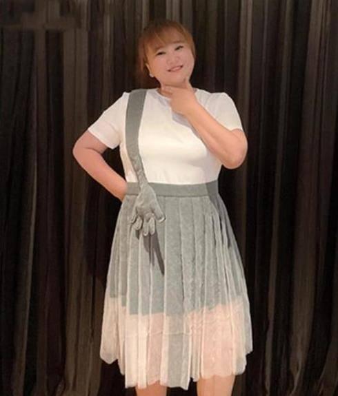 """9岁贾玲也有高光时刻,穿白T恤配百褶裙,直接成为微胖界女神"""""""