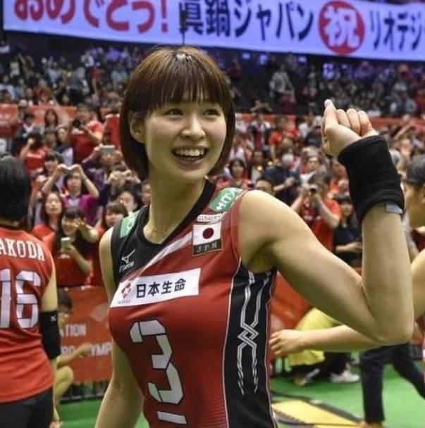 日本女排因身材太棒走红,宽松球衣勾勒好身材,退役嫁给油腻大叔