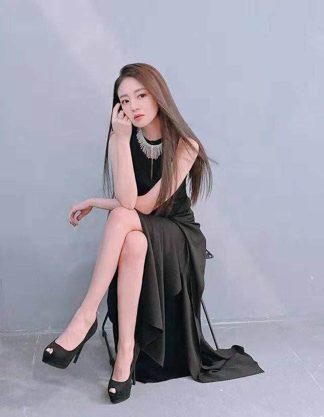 【安以轩41岁一点不显老】安以轩薄纱连衣短裙清爽优雅