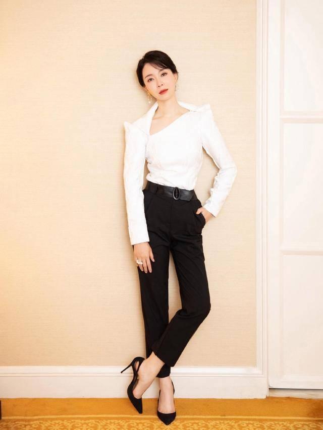 原创             奔四的女人尽量不要短袖配小黑裤,学袁泉陈数这样穿,谁穿谁好看