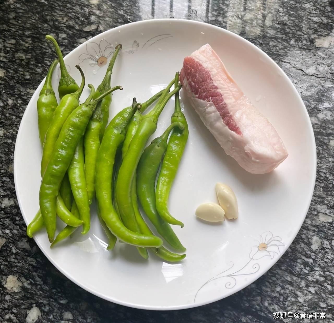 尖椒炒肉時,是先炒辣椒還是先炒肉?順序做對了,你也是大廚
