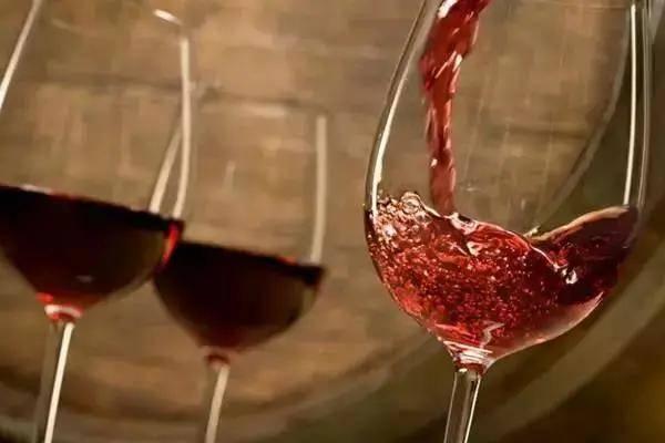 夏天喝葡萄酒,到底要不要冰鎮?