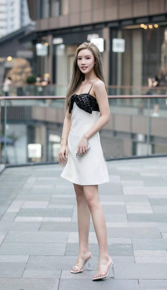 夏天穿裙子,搭配一雙水晶高跟涼鞋,清涼效果不言而喻