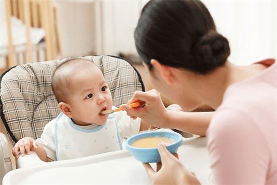 """【家家母婴】宝宝多大可以吃""""大人饭""""?吃错危害可大了!-家庭网"""