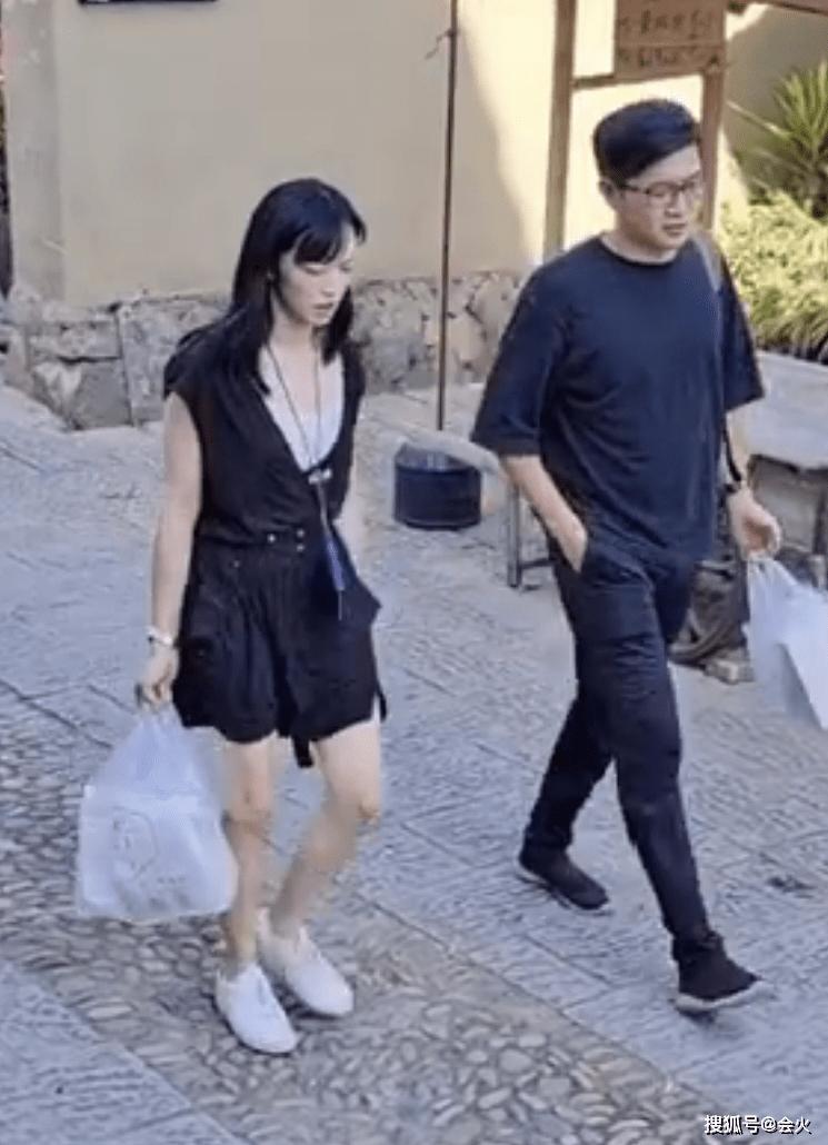 姚晨现身小村庄被偶遇,打扮随意手提塑料袋