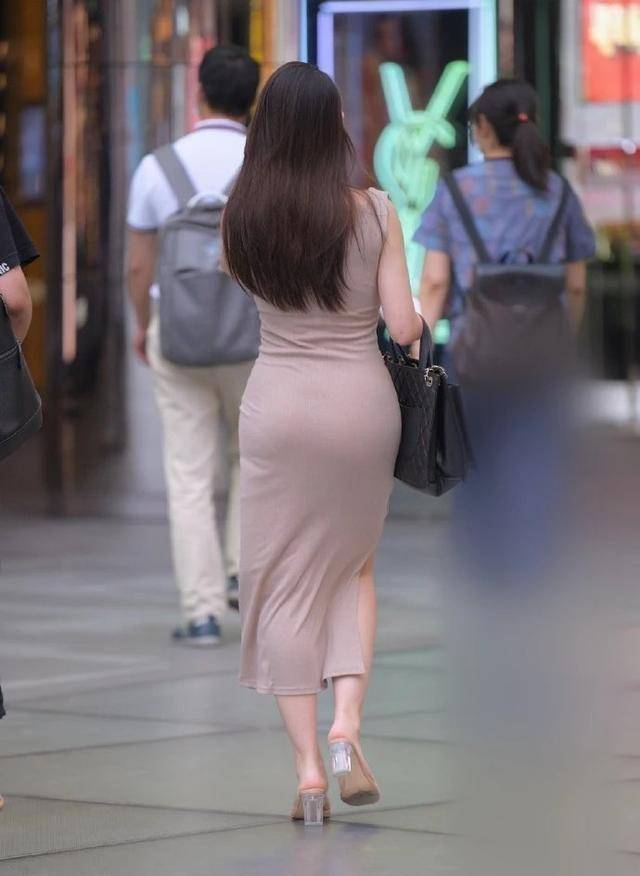 连衣裙凸显小蛮腰身材,魅力随时绽放,展现潮感十足