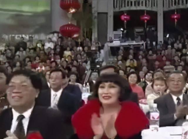 原创靳羽西:春晚前排一坐就是20年,背后的荣誉和成就无数