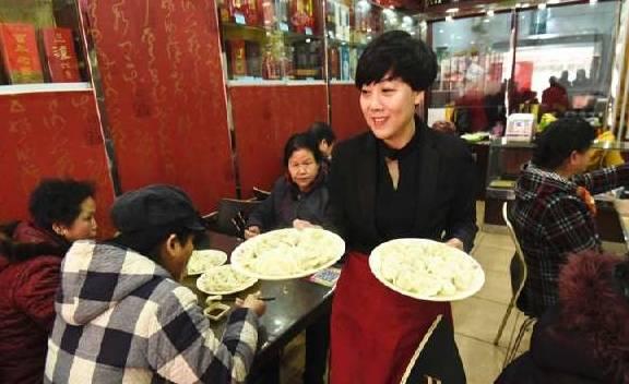 馄饨10元一碗,女孩吃两碗只给1元,老板娘:以后每天都来啊