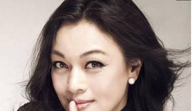 她本是《红高粱》的首选主角,后被张艺谋抛弃嫁外籍富豪