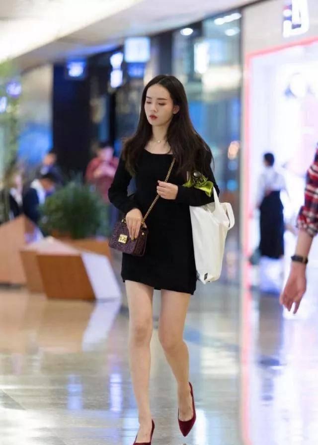小姐姐身上搭配着一件黑色的一字肩连衣裙,时尚优雅