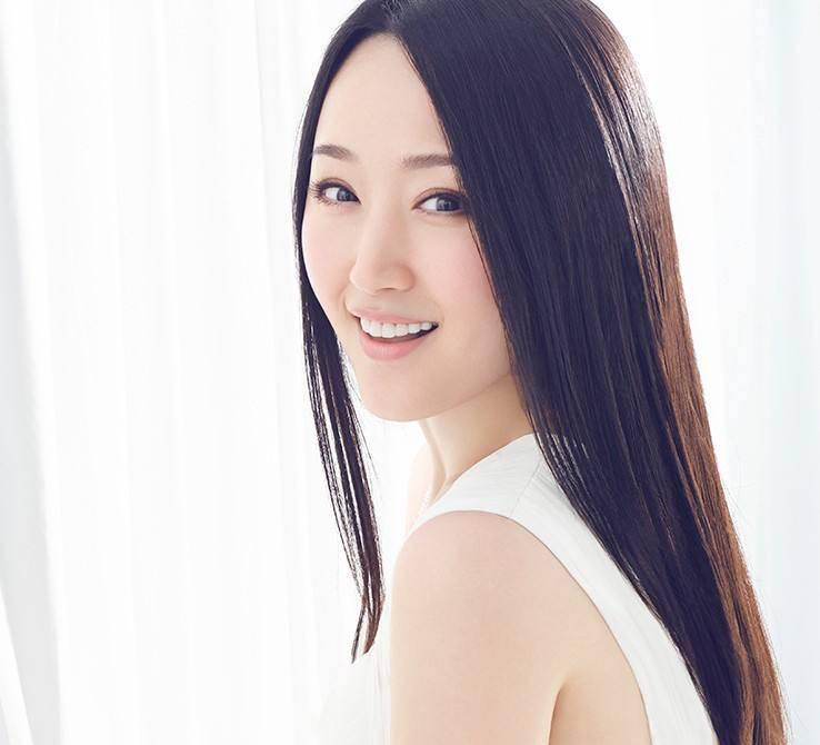 48岁杨钰莹穿中黄亮片A字裙,光芒闪耀秀蜂腰,美人冻龄太迷人
