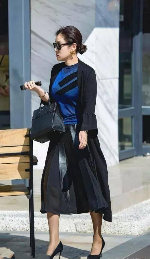 街拍:时尚靓丽的小姐姐,卡其色修身裙穿搭,魅力十足