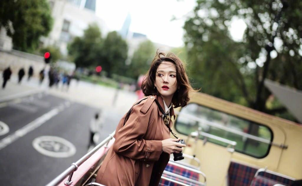 陈乔恩恋爱后真会穿,黄大衣配丸子头少女心泛滥,说她18都不稀奇