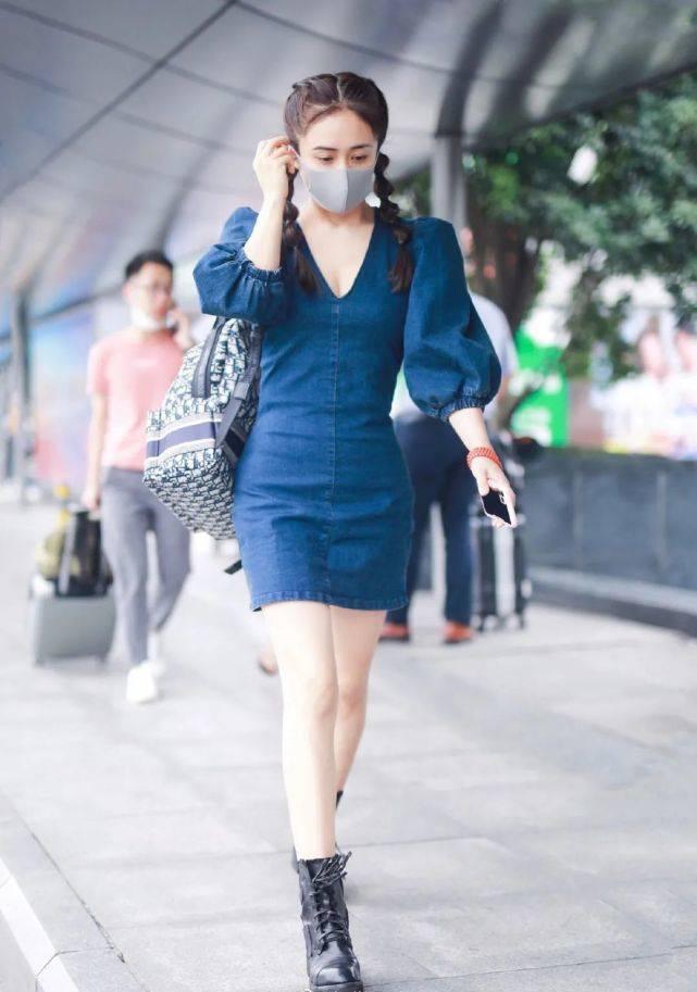 刘芸时尚甜美穿搭,穿复古深V牛仔裙配糖葫芦辫,娇俏迷人!