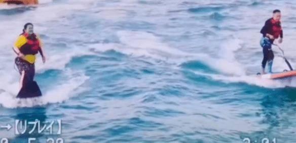 贾玲与老搭档白凯南一块冲浪被曝光,师出同门,现如今地位悬殊