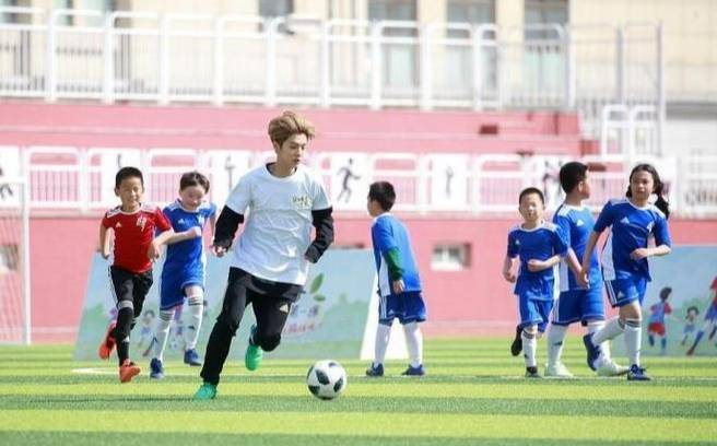 鹿晗成立足球第一课,他不但热爱足球,还热爱足球公益事业