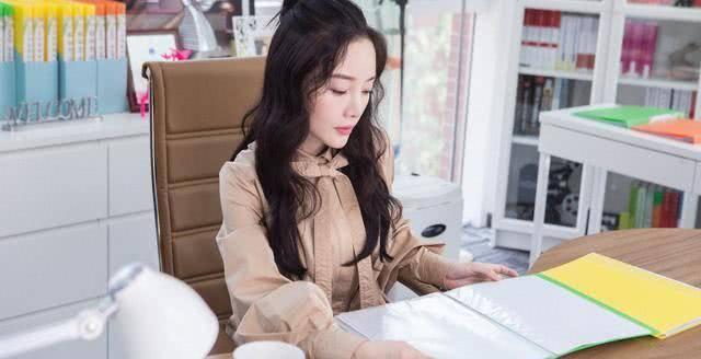 40岁的李小璐新剧造型,新发型搭配西装服,职场风干练又高级!