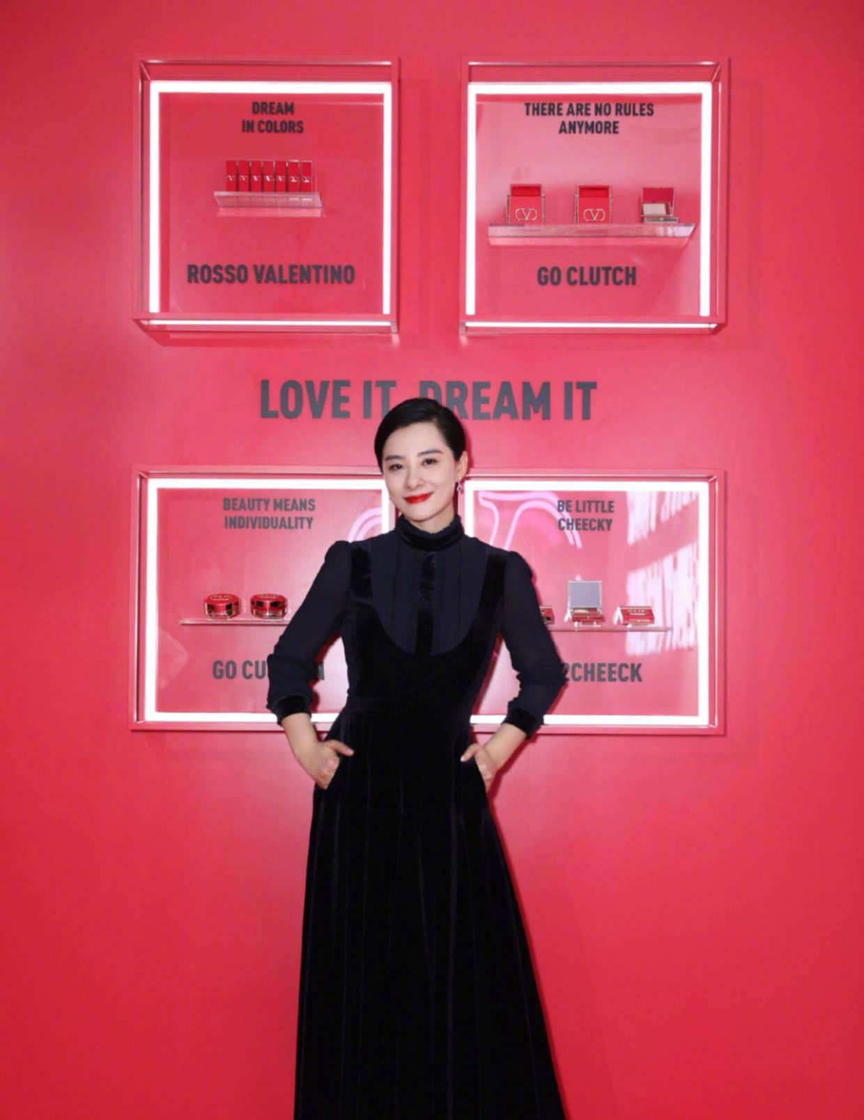 刘璇气质越发高级,一袭黑色丝绒连衣裙高贵优雅,差点认不出