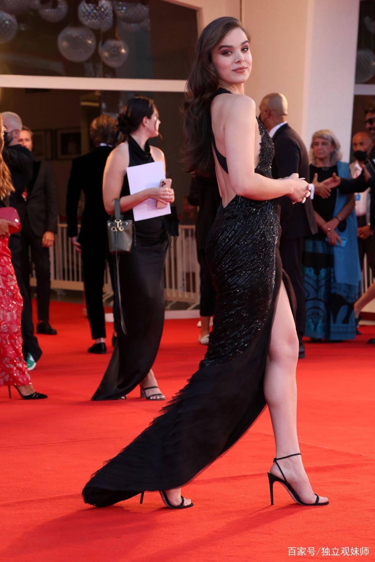 女鹰眼海莉·斯坦菲尔德走红毯,深V领、大露背造型,大秀好身材