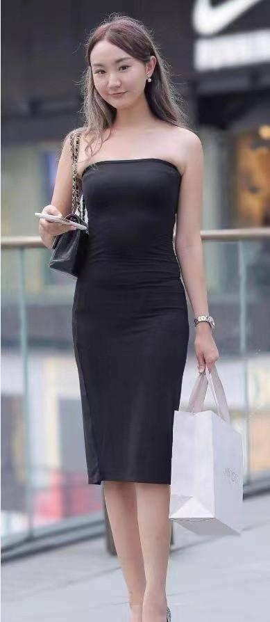 黑色连衣裙搭配尖头高跟鞋,时尚又撩人,美出新天际