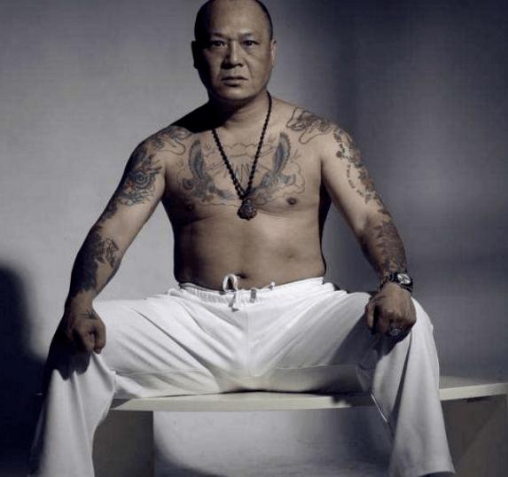 他是真正的香港黑帮 20年前 他教王杰飙车 但他的荣耀已不复存在
