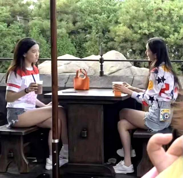 李嫣和女友周在巴黎同一个游乐园 背着2万个爱马仕包包 穿着热裤露出超长腿