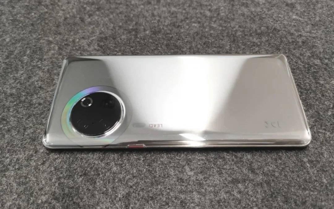 华为Mate50 Pro概念图,麒麟9010+后置六摄,前摄隐藏屏占比96%