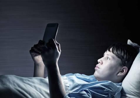 你以为熬夜只会伤害大脑吗?医生提醒:还有这3种危害,不容小觑