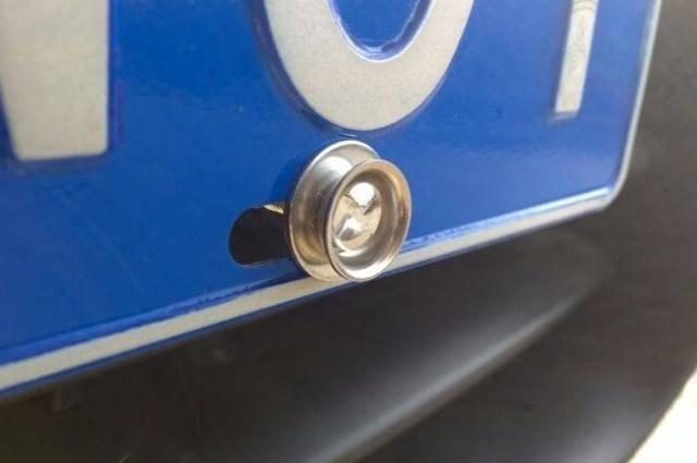 车牌螺丝不足4枚会扣分?为何车管所只给2枚?业内人士透露实情