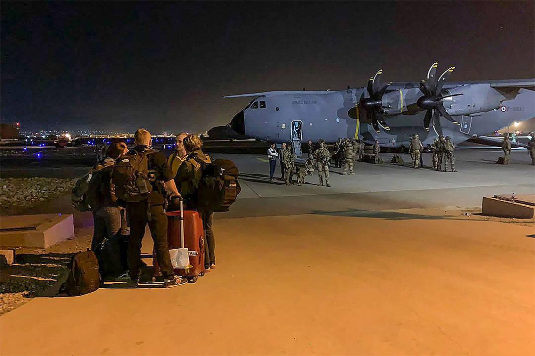 美国撤军忽视鹰犬,16天却撤离12万人,紧急预案任何一国不敢阻拦