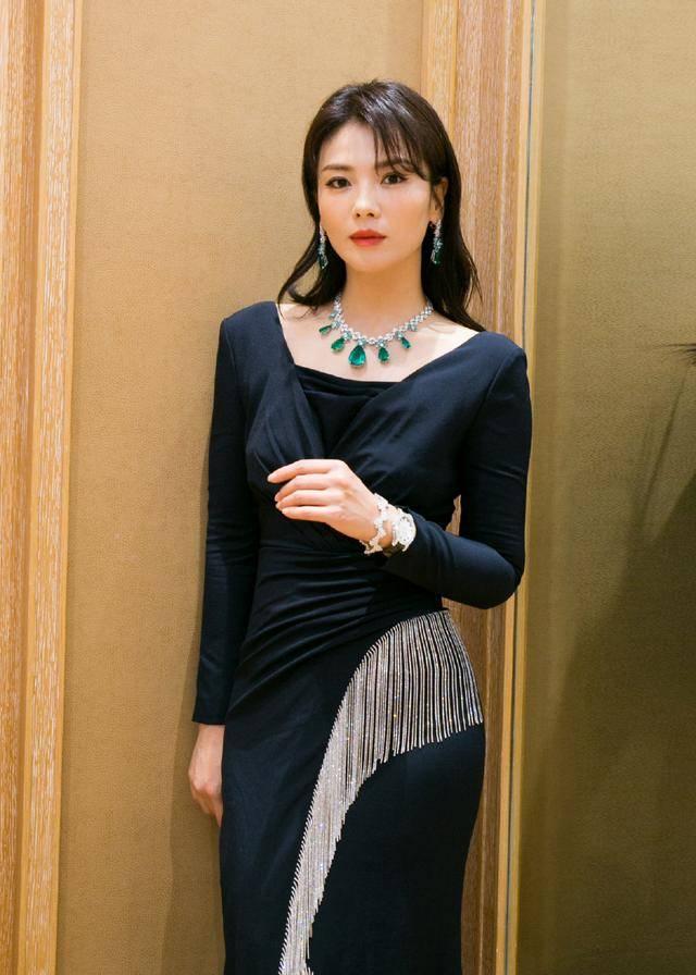 刘涛穿黑裙亮相优雅大气,两套珠宝,一套成熟高贵,一套清新减龄